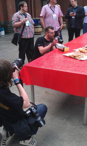 Fotografen versuchen, möglichst eindrucksvolle Bilder von Zwiebelmett-Brötchen zu schießen