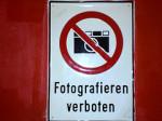 Ein Blechschild mit einem durchgestrichenen Fotoapparat und der Aufschrift 'Fotografieren verboten'