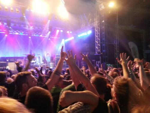 Bisschen schwer zu erkennen: Torfrock im Kieler Woche-Musikzelt