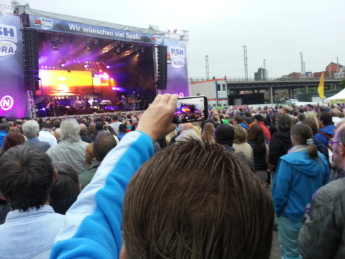 Viele Kieler Woche-Besucher genießen Konzerte so, wie Mutter Natur es sich vorgestellt hat: Durch das 7''-Display eines Smartphones