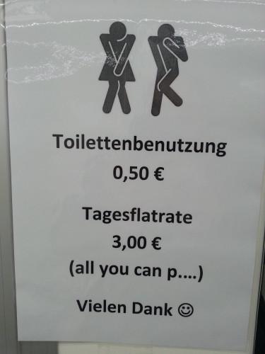 Wer mit der Kieler Woche Geld verdienen möchte, der stellt einen Toilettenwagen auf