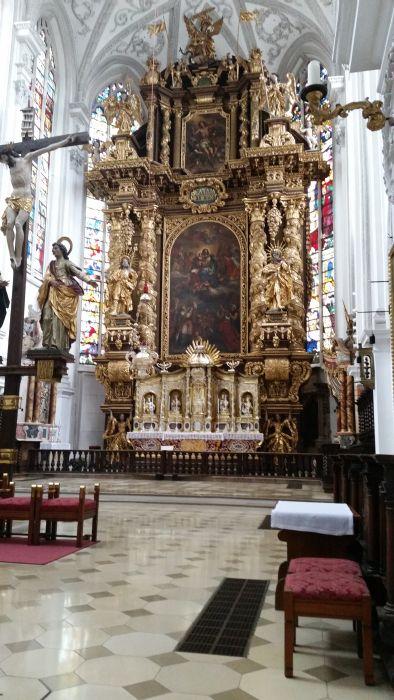 Der Altar der Stadtpfarrkirche in Landsberg am Lech