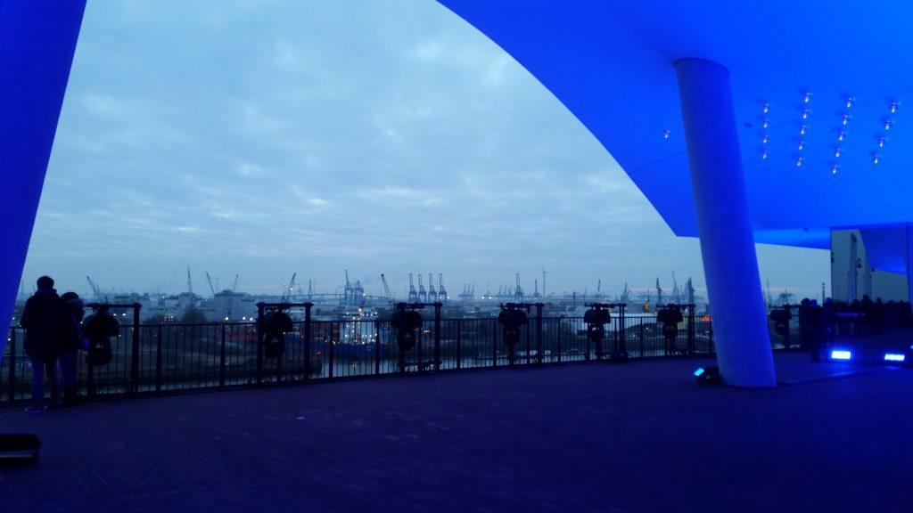 Blick von der Plaza auf den Hafen
