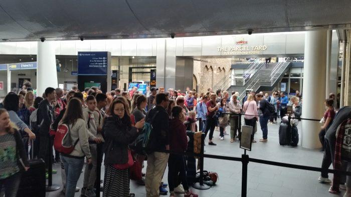 Eine Menschenmenge im Bahnhof