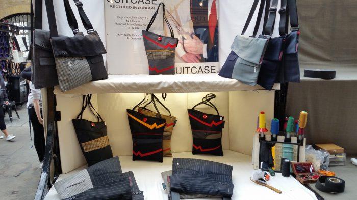 Mehrere Taschen liegen in einer Auslage.