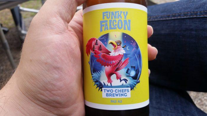 Ich hatte eine Bierflasche in die Kamera, das Etikett ist in Großaufnahme zu sehen.