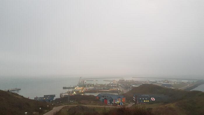 Blick vom Helgoländer Oberland auf den Südhafen, es ist grau und neblig-trüb.