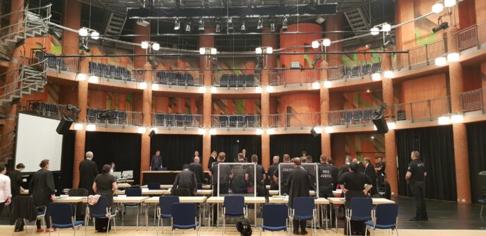 Blick auf die zum Gerichtssaal umfunktionierte Bühne des Theaters Itzehoe.